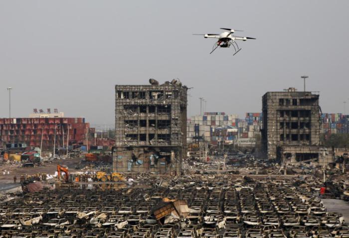 Дрон военизированной полиции летает над местом, пострадавшим от взрыва в Тяньцзине.