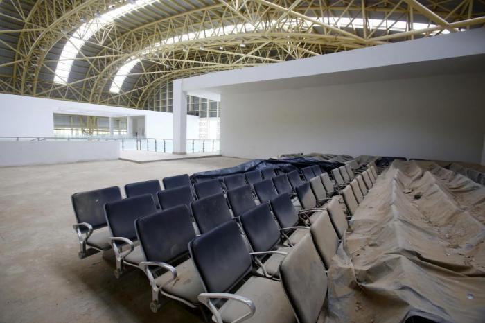 Ни один пассажир не прошел через ворота аэропорта спустя два с половиной года после окончания строительства из-за нерегулярных рейсов.