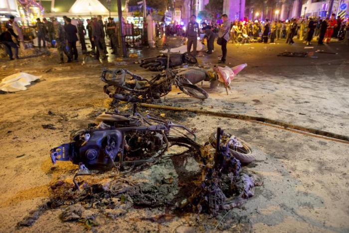 Последствия взрыва вблизи индуистской святыни в Бангкоке.