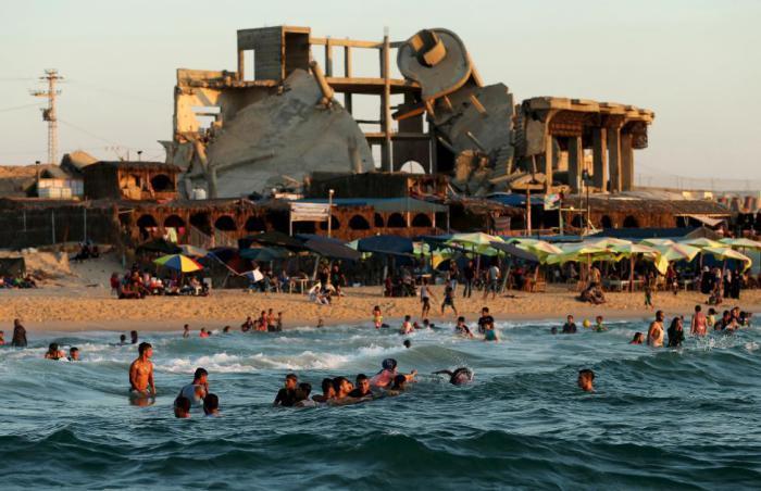 Палестинцы купаются в Средиземном море.