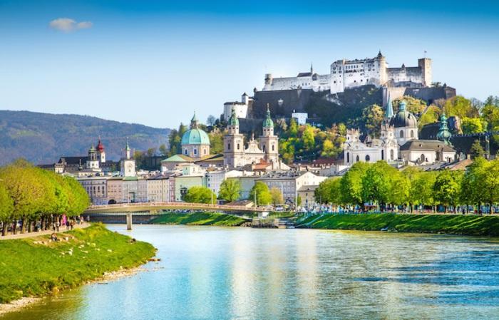 Самый удивительный город, раскинувшийся у подножия Альп, известен как родина Вольфганга Амадея Моцарта.