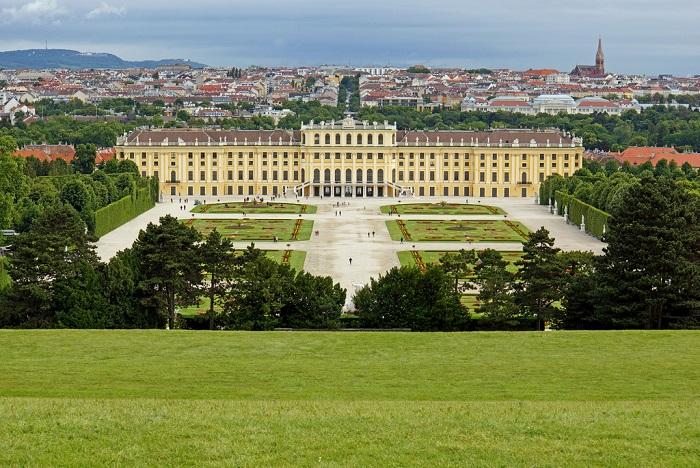 Сердце Австрии, город музыки и великих музыкантов, город фиакров и танцующих белых жеребцов.