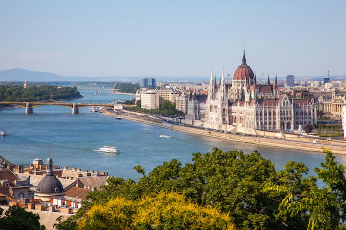 Два города, Буда и Пешт, разделенные рекой Дунай, но смешивалось в одну великолепную столицу.