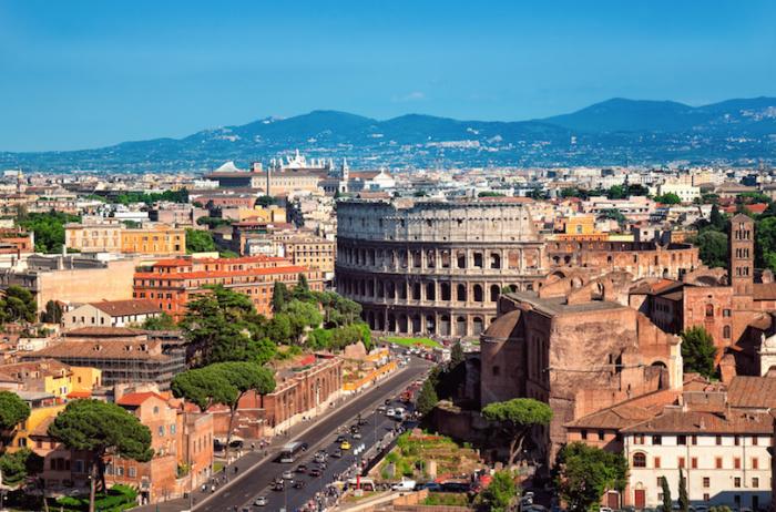 Большой и сложный город, который является одновременно и историческим, и современным.