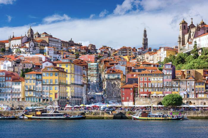 Португальский город прославился своей гастрономией, портвейном и удивительным смешением старинных и современных черт в архитектуре.