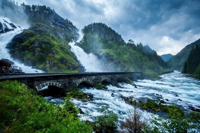 Очень красивый каменный мост.