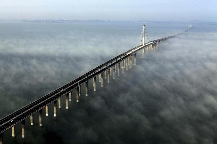 Один из самых дорогостоящих мостов – его возведение обошлось казне Китая почти в полтора миллиарда американских долларов.