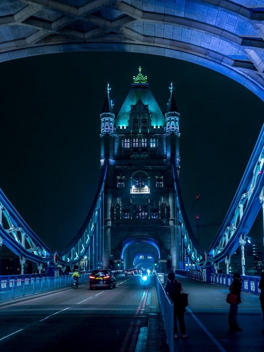 Разводной мост в центре Лондона над рекой Темзой, недалеко от Лондонского Тауэра.