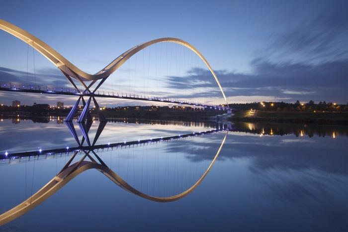 Пешеходный мост, открытый в мае 2009 г., своё название мост получил из-за символа бесконечности, которое он напоминает в ясную погоду - вместе с отражением в реке Тис.