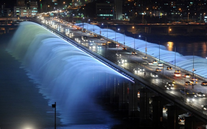 Мост, который соединяет берега реки Ханьшуй превращён в необыкновенный фонтан.