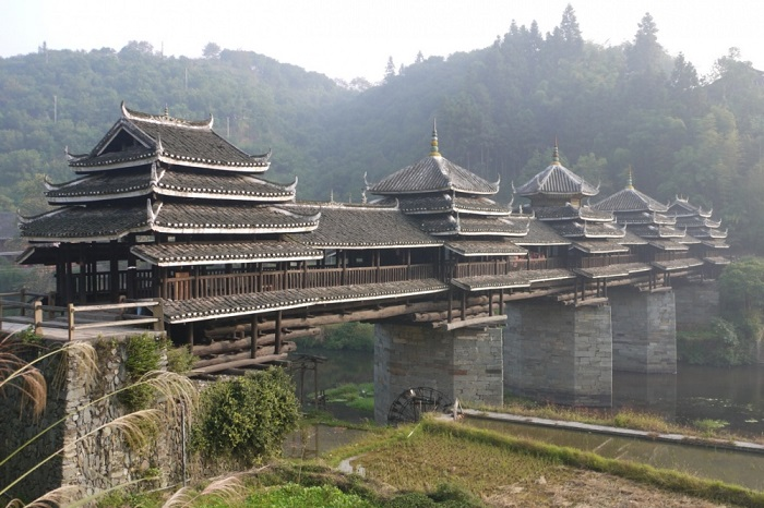 Мост является самым большим в своем роде в провинции Гуйчжоу, где проживает самая большая в Китае община донг.