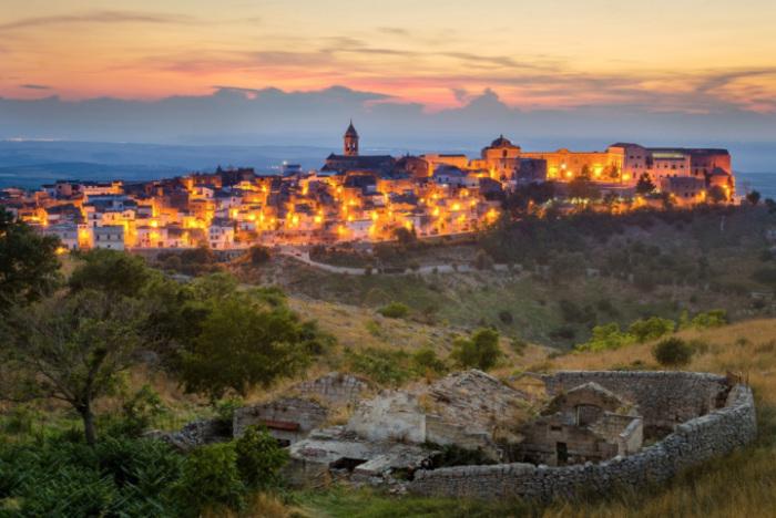 Самый южный регион солнечной Италии, окруженный Адриатическим морем с восточной стороны, Ионическим с южной и западной сторон.