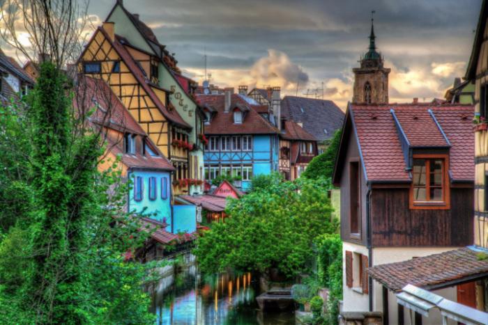 Один из самых красивых городков Эльзаса. Старинные улочки и мостовые, домики в стиле фахверк, древние каменные здания – все это создает неизгладимое впечатление.