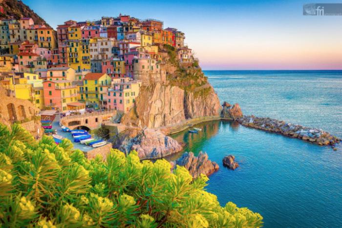 Национальный парк Италии, включает рукотворные террасы и пять небольших поселений на побережье Генуэзского залива в провинции Специя административного региона Лигурия.