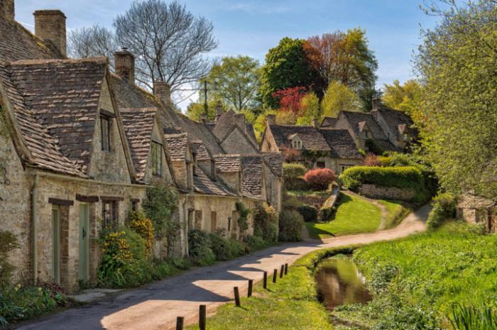Деревня расположена на юго-западной стороне Великобритании и является самой английской, самой старой и самой живописной деревней данного региона.