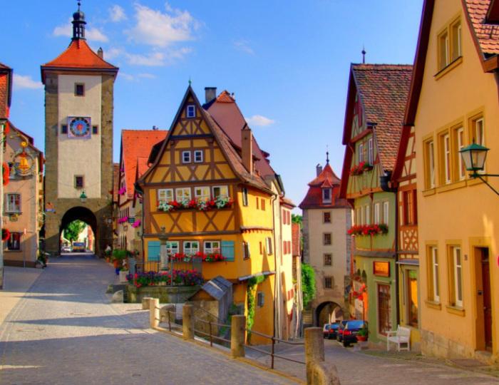 Старинный город с очень узкими и извилистыми улочками, он почти целиком сохранился со времен Средневековья.