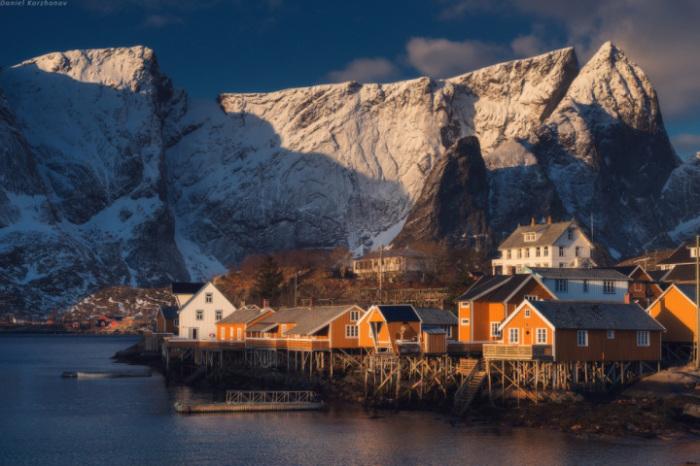 Маленькая живописная рыбацкая деревушка, расположенная на Лофотенских островах.