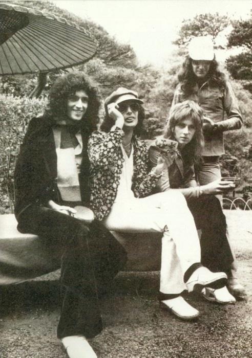 Queen является одной из наиболее успешных групп в истории рок-музыки, общий мировой тираж их альбомов превышает 300 миллионов.
