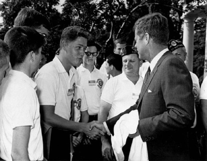 Во время этой встречи президент Кеннеди пожал юному Клинтону руку, тем самым, определив в жизни молодого человека цель.