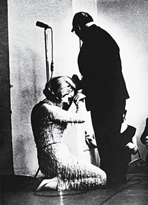 Актриса прониклась прочитанным в юности рассказом писателя «Телеграмма» и с тех пор долго лелеяла мечту поцеловать руку, которая его написала, 1963 год.