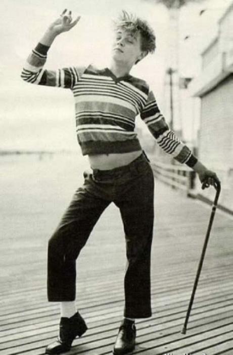 Молодой Леонардо изображает Чарли Чаплина.