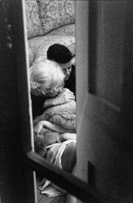 Обнимающиеся Мэрилин Монро и президент США Джон Кеннеди.