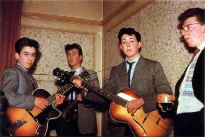На фото: Харрисону 14 лет, Леннону — 16, Маккартни — 15.