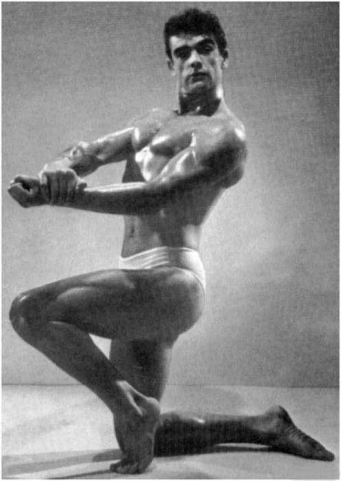 Снимок сделан на конкурсе бодибилдеров в 1953 году.
