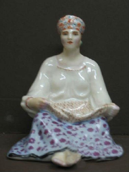Фарфоровая статуэтка под названием «Крестьянка», используется как пепельница. Автор Данько Наталья.