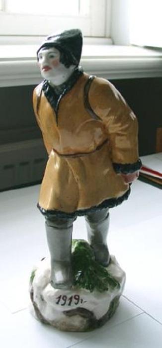 Фарфоровая статуэтка участника революции, 1919 год.