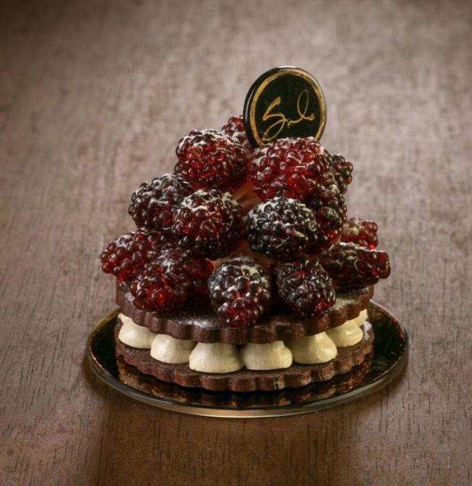 Художница-стеклодув создает изысканные кулинарные шедевры без использования глазури, карамели и шоколада.