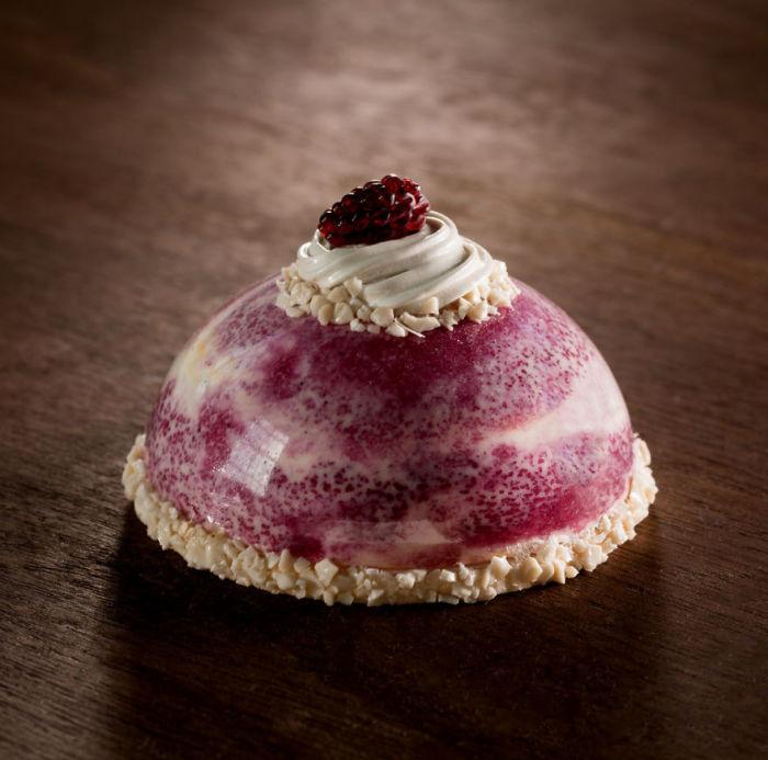 Женщина также постаралась показать, что в десерте важен не только вкус, но и изящная форма.