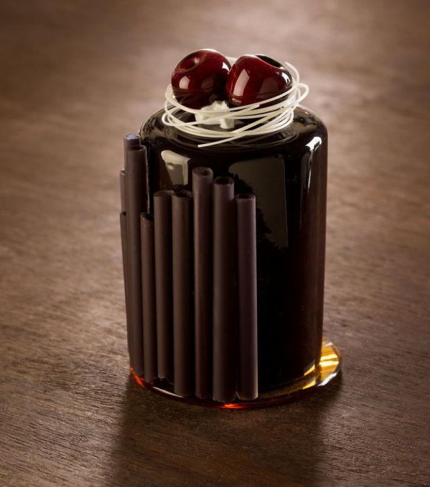 Американка Шайна Лейб начала экспериментировть с фарфором, пытаясь совместить его в работе со стеклом.