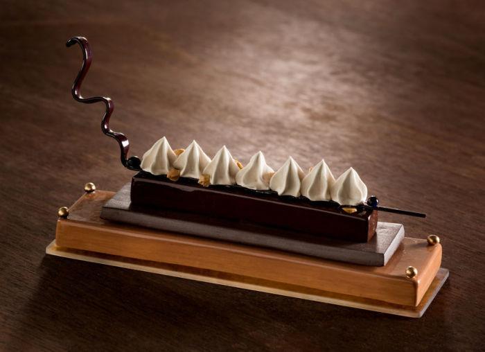 Для создания некоторых частей своих бесподобных десертов американская художница использовала «старомодную» стеклодувную трубку.