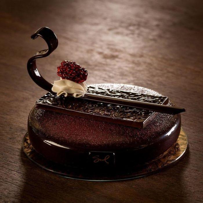 Мастерски выполненные из стекла шикарные французские десерты в стиле начала XX века.