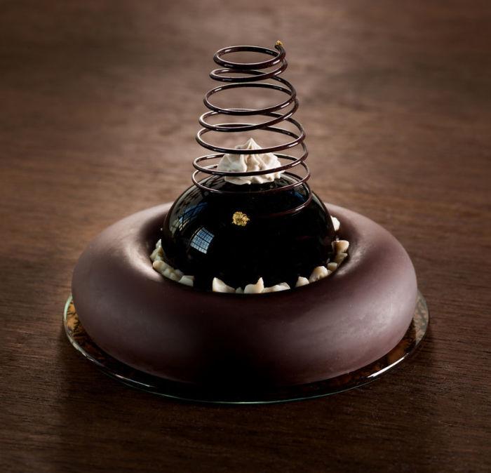 Таким необычным способом Шайна Лейб попыталась «перестроить» свой разум, чтобы рассматривать десерт как форму, а не пищу.