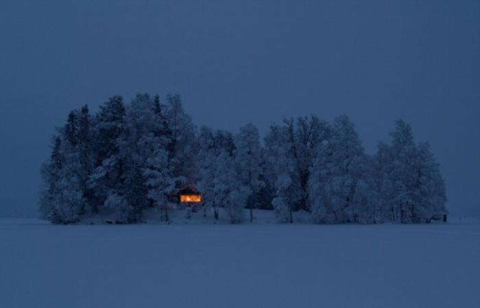 У леса на опушке жила зима в избушке...