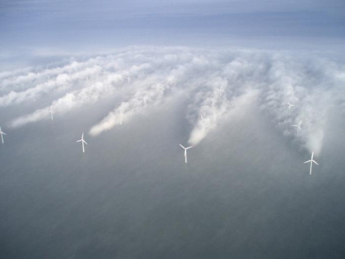 Ветрогенераторы в туманную погоду, Дания.