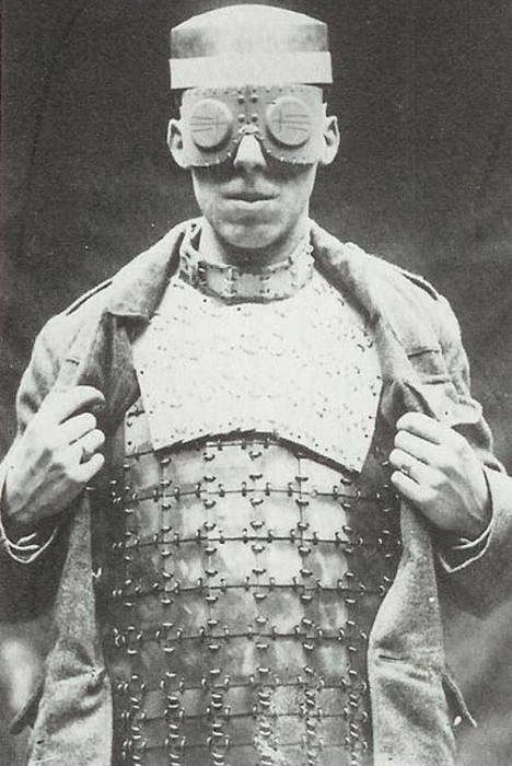 Один из первых пуленепробиваемых жилетов, (1917 год).