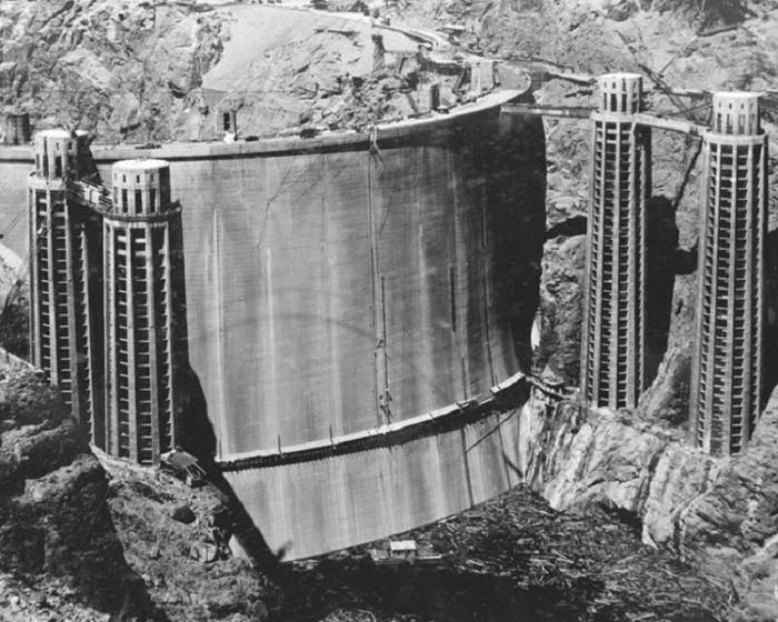 Бетонная арочно-гравитационная плотина высотой 221 м и гидроэлектростанция, сооружённая в нижнем течении реки Колорадо. 1936 г.