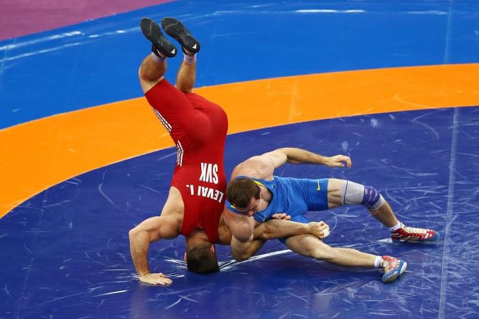 Участники соревнуются в «бронзовом» финале соревнований по греко-римской борьбе в категории до 66 кг во время Европейских игр-2015 в Баку, Азербайджан.