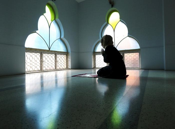 Женщина молится в мечети в первый день Рамадана в Куала-Лумпуре, Малайзия.