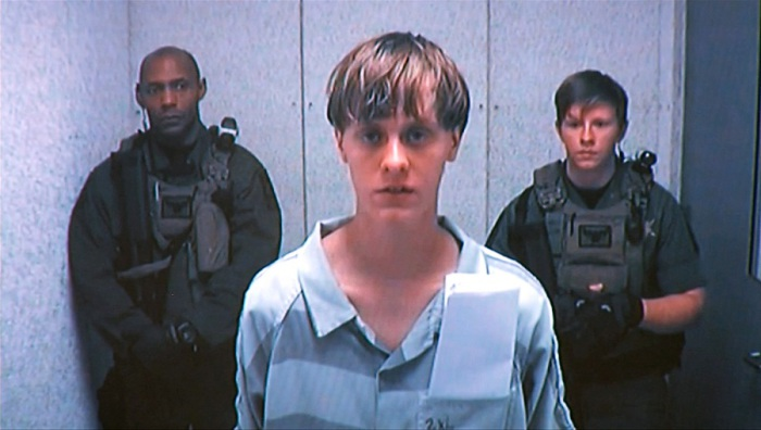 21-летний белый юноша обвиняется в убийстве девяти афроамериканцев в церкви в Южной Каролине, США.