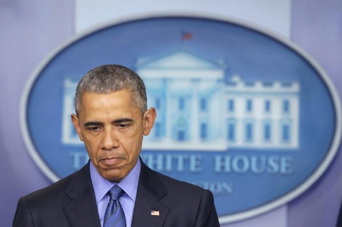 Барак Обама делает паузу во время заявления по поводу стрельбы в Чарльстоне, штат Южная Каролина.
