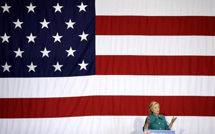 Кандидат в президенты США от партии демократов Хиллари Родэм Клинтон встречается с избирателями на митинге в Де-Мойне, штат Айова.