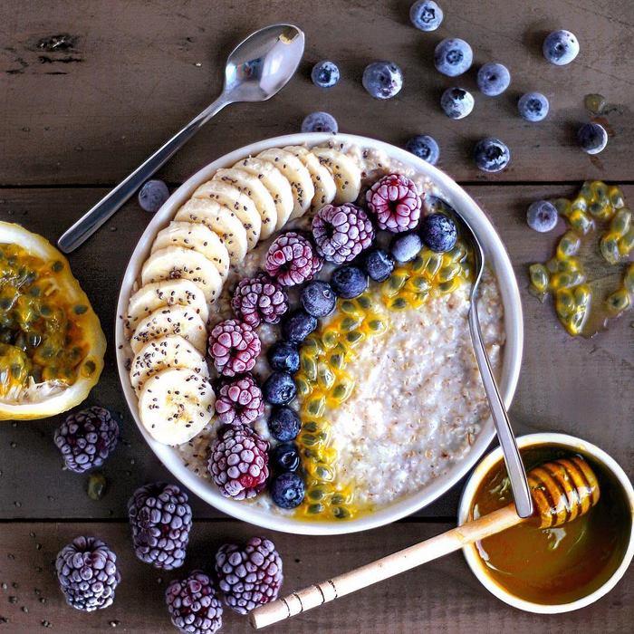 Оказывается, овсяная каша может быть очень аппетитной, если украсить ее ягодами и добавить немного сиропа.