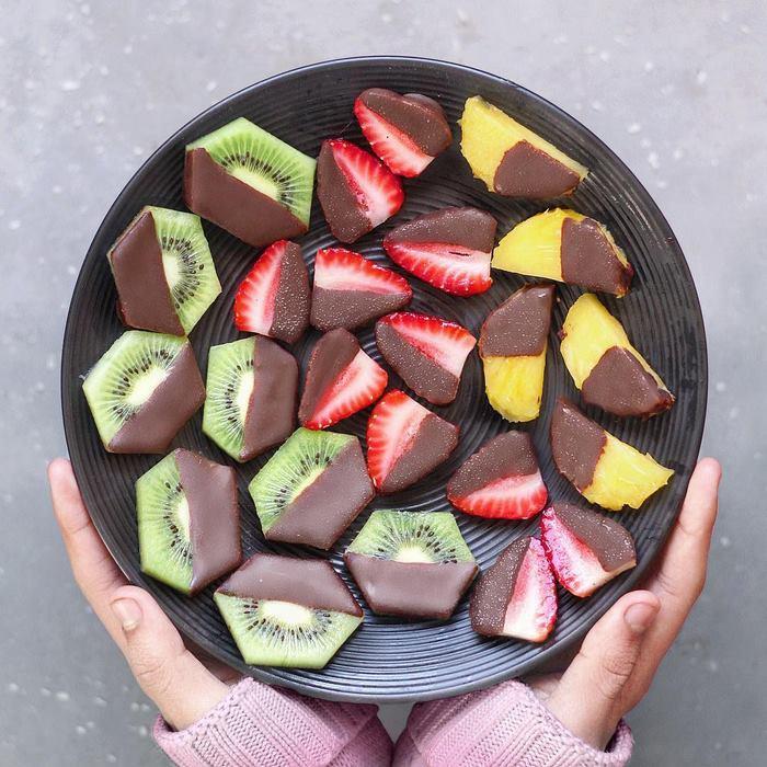 Для создания такого десерта необходимо окунуть кусочки фруктов растопленный шоколад и поставить в холодильник до застывания – каждому под силу.