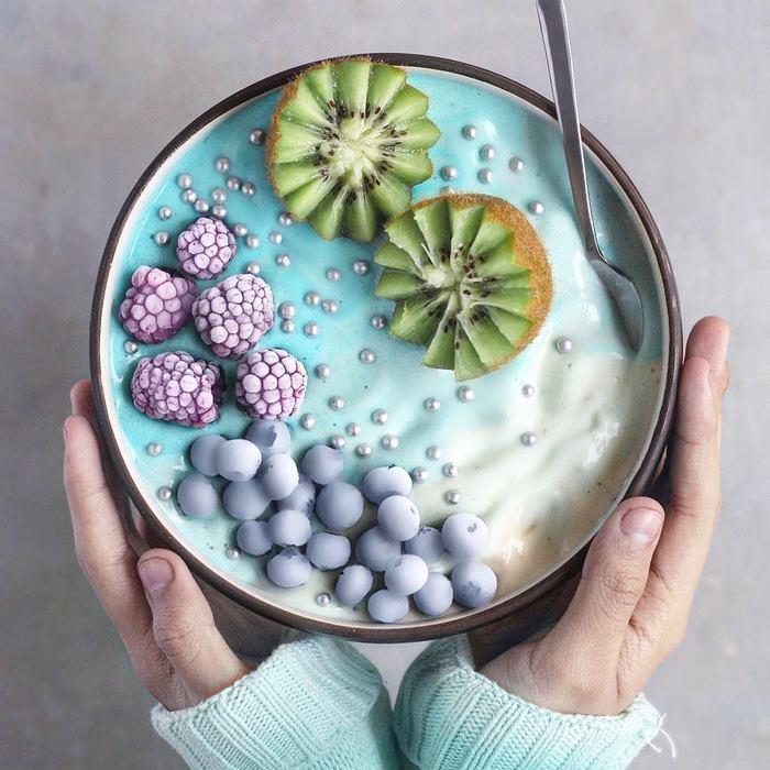 Юный кондитер создает яркие и красочные вегетарианские завтраки и сладости.