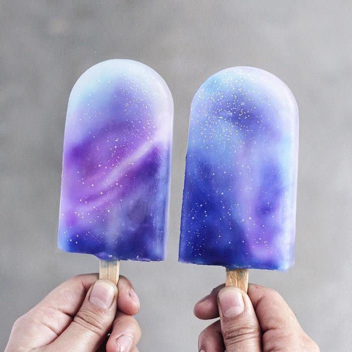 Это невероятное мороженое сделано из кокосового молока и нектара с добавлением голубого чая и черничного сока.