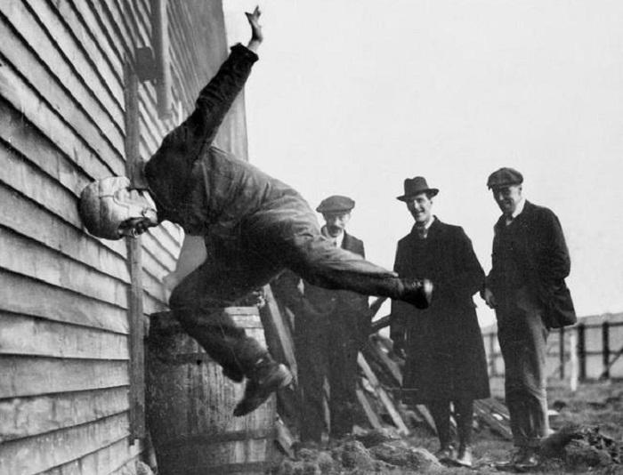 Мужчина тестирует прототип футбольного шлема. 1912 год.